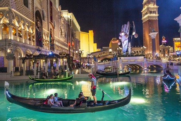 שייט בגונדולות בתעלות של מלון ונציה | צילום: travelview / Shutterstock.com
