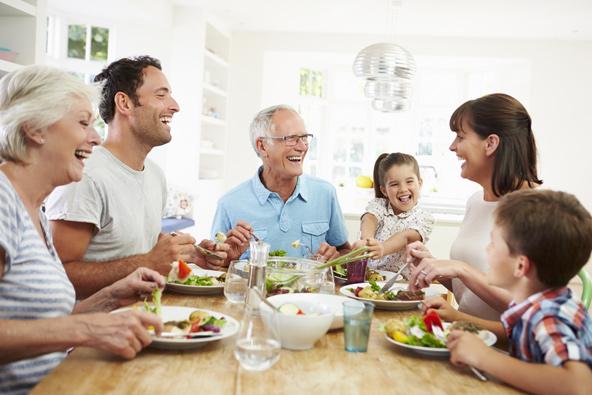 המרחב בווילה מאפשר לאכול ארוחות משותפות, כשכולם מתאספים מסביב לשולחן הגדול