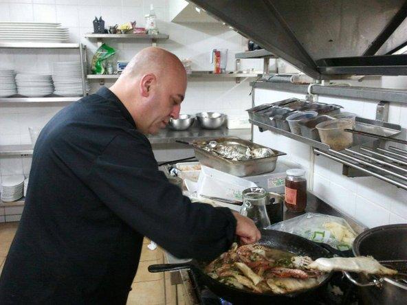 שף דוחול ספאדי במטבח של דיאנא