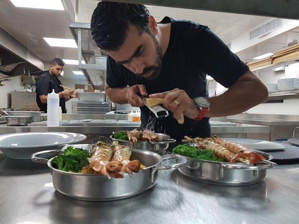 שף אליאס מטר ממסעדת לוקנדה בפעולה