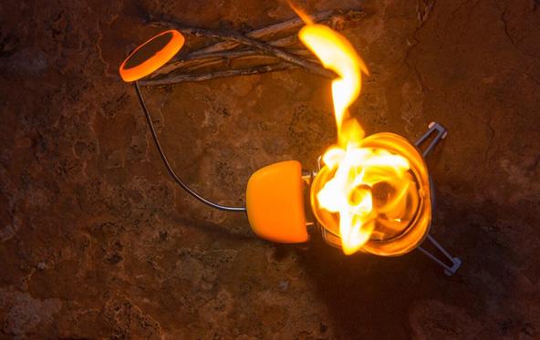 ועוד מתקן של חברת BioLite - האש שעליה מבשלים טוענת סוללה עוצמתית