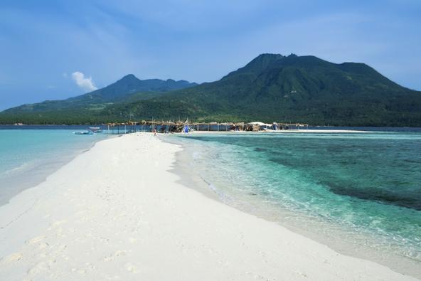 חול לבן, מי טורקיז והרי געש באי קאמיגין בפיליפינים