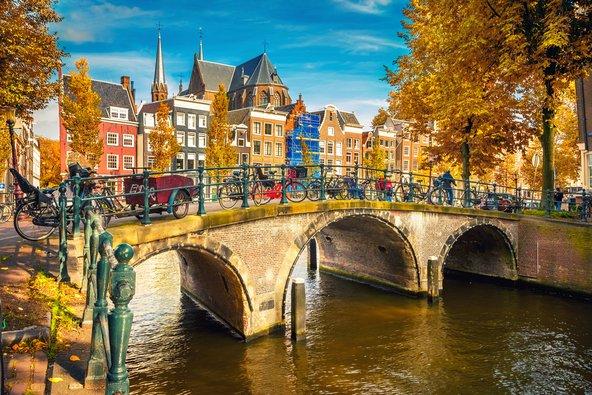 תעלות אמסטרדם ורחובותיה הציוריים מזמינים לטיול רגלי נינוח