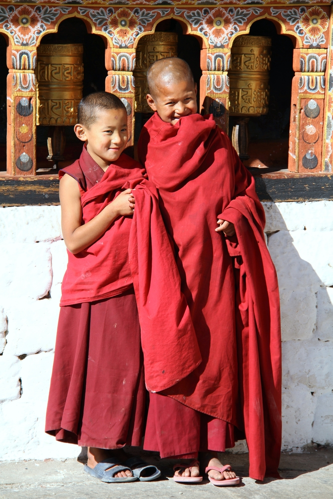 ילדים נזירים בבהוטן. במקום בו אושר התושבים נחשב יותר מעושרם, תפגשו הרבה חיוכים