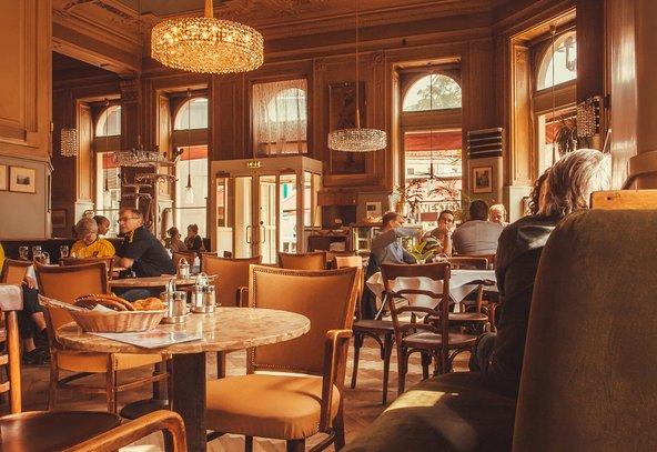 בית קפה וינאי. גם אם תשבו לבד לא תהיו חריגים בנוף | צילום: Radiokafka / Shutterstock.com