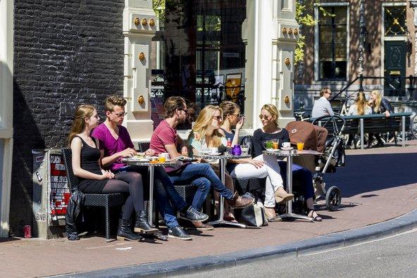 גם אם תגיעו עם רשימה ארוכה של דברים לעשות, ייתכן ותמצאו את עצמכם מבלים שעות ארוכות בבתי הקפה של העיר   צילום: goga18128 / Shutterstock.com