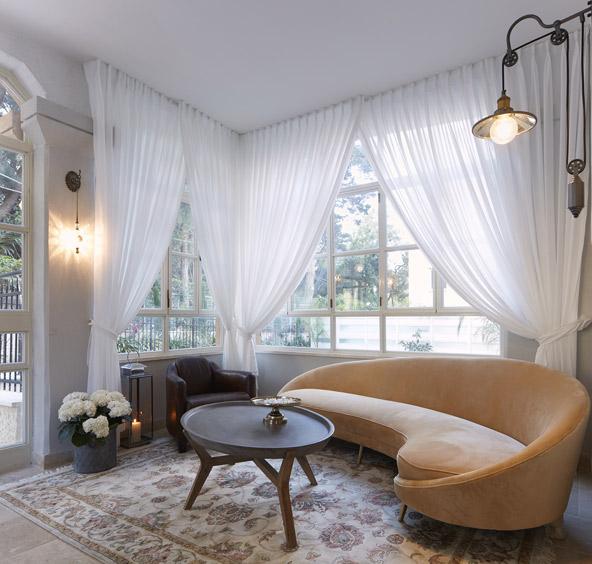 הלובי של מלון כרמלה. אווירה חמימה ועיצוב ייחודי