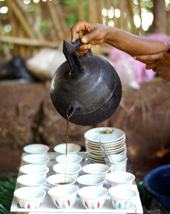 קפה אתיופי, מהטובים בעולם, נמזג לכוסות קטנות