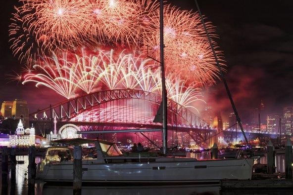 זיקוקים מעל גשר סידני בחגיגות השנה החדשה