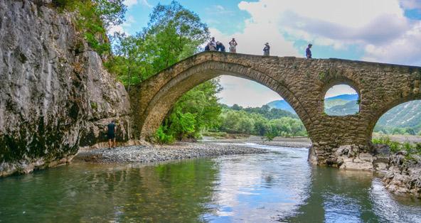 גשרי האבן העתיקים מוסיפים חן מיוחד לאזור
