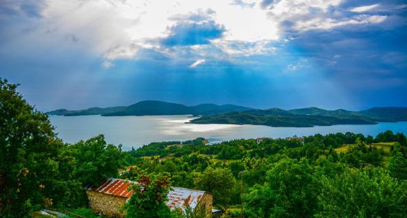 """אגם פלסטירה. במהלך הטיול ביוון ההררית לא תפסיקו להגיד """"וואו"""""""