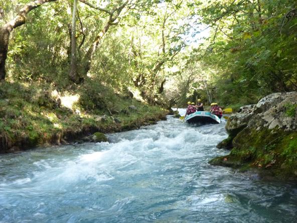 רפטינג בנהר מוקף בצמחייה, אחת מהחוויות הטיול