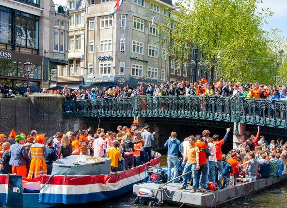 מקומיים ותיירים חוגגים ביום המלך. אל תשכחו ללבוש כתום   צילום: lornet / Shutterstock.com