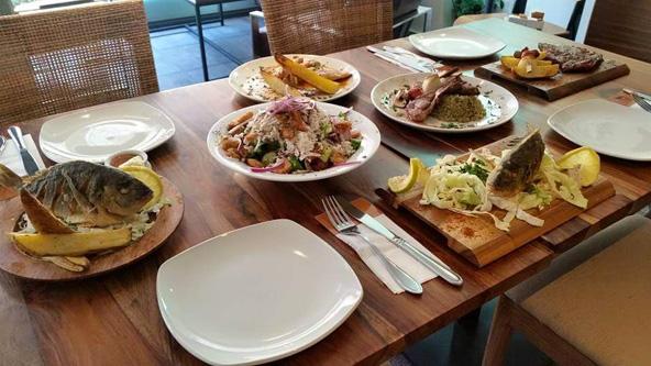 שולחן עמוס בכל טוב במסעדת כיתאבון