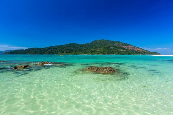 האי קו אדנג בתאילנד. עובדת היותו חלק מפארק לאומי הופכת אותו לחסין מפני פיתוח יתר
