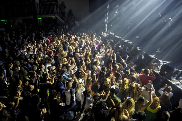 הופעה ב-Melkweg, מועדון ההופעות הפופולרי והוותיק בעיר   צילום: Melanie Lemahieu / Shutterstock.com