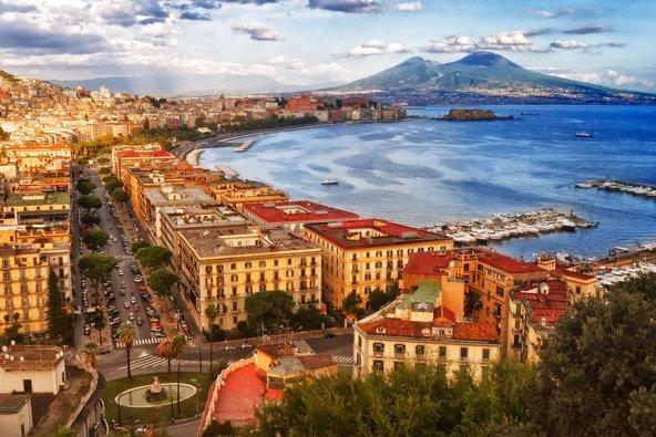 נאפולי שוכנת במיקום נפלא ליד הים, עם הר הגעש ווזוב ברקע