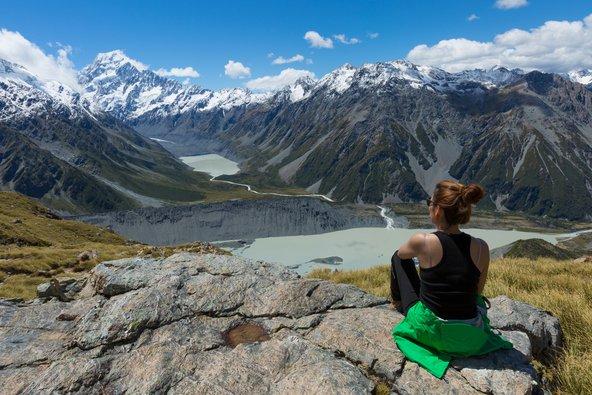 מטיילת מול הנוף של הר קוק בניו זילנד