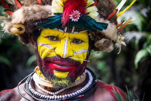 בן שבט ההולי בעיטורים וצבעי פנים מסורתיים
