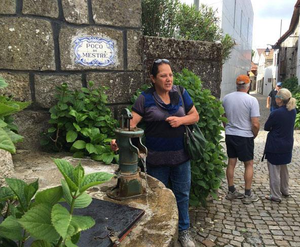 בטראנקוסו, באר מים ששימשה את הרובע היהודי ואת בית הכנסת העתיק שנהרס בהוראת האינקוויזיציה. ברקע נראה מבנה בית הכנסת החדש