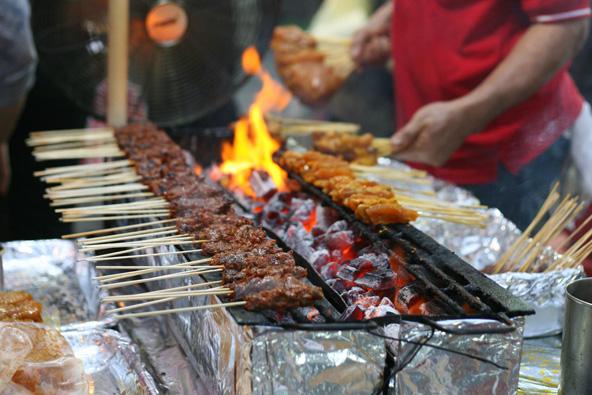 דוכן אוכל בשוק. בסינגפור תמצאו אוכל הודי, סיני ומלאי