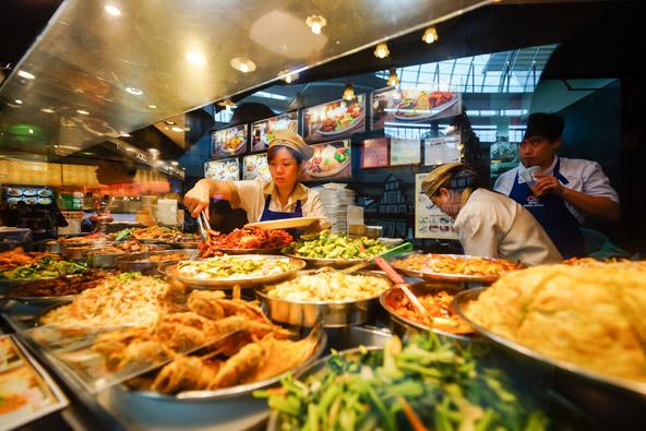 פוד קורט בקניון סינגפורי. למה לבשל כשמסביב יש כל כך הרבה אפשרויות מפתות?