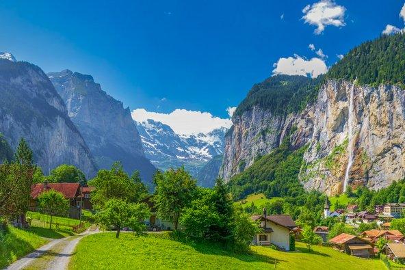 נוף בעמק לאוטרברונן בשווייץ התשתיות הנוחות הופכות את שווייץ לאידיאלית למי שמטייל לבד
