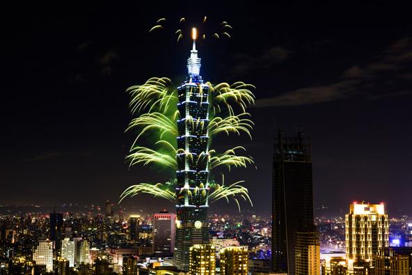 מופע זיקוקים מרהיב במגדל טייפה 101 לקראת כניסת השנה האזרחית החדשה