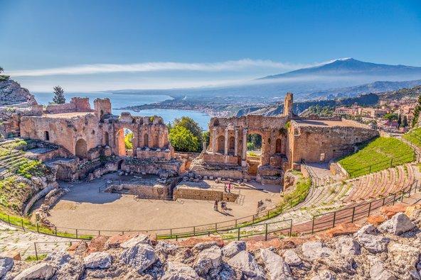 התיאטרון היווני העתיק בטאורמינה, ממנו נשקף נוף של המפרץ ושל הר אטנה