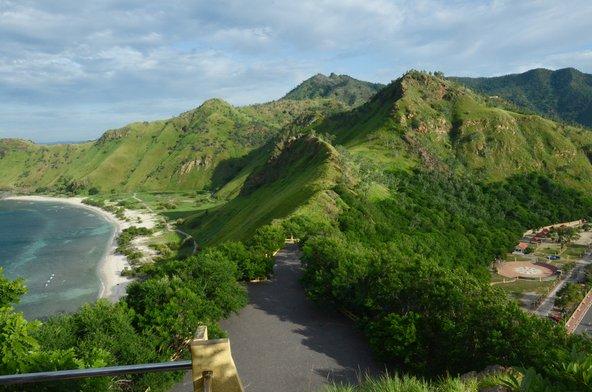 נופים של הרים וים במזרח טימור
