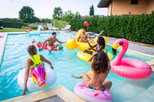 חגיגות יום ההולדת יכולות להתקיים בפינות שונות של הווילה, כולל בבריכה