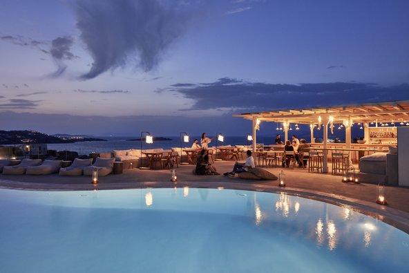 הבר והבריכה של מלון Boheme במיקונוס | צילום: Christos Drazos Photography