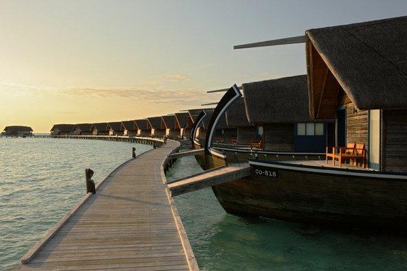 בקתות על המים בעיצוב לא שגרתי במלון Cocoa Maldives