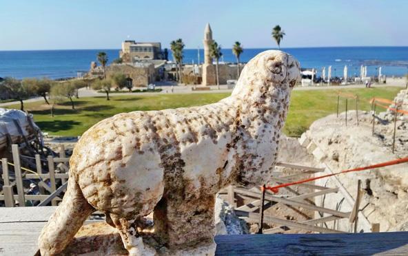 פסל אייל שהתגלה בסמוך לקמרונות בחזית במת המקדש