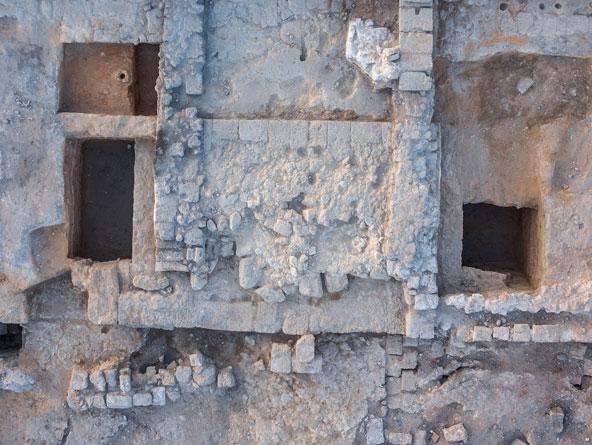 שרידי המזבח שבנה הורדוס לכבוד אוגוסטוס והאלה רומא