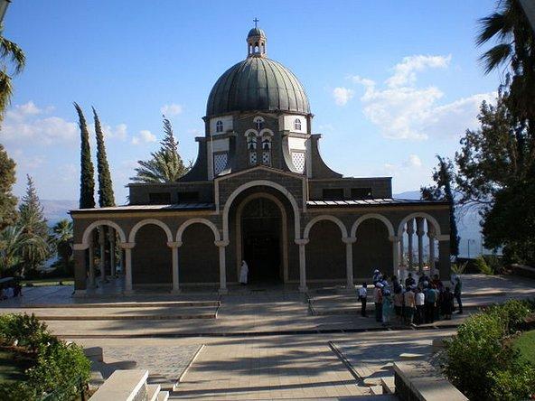 כנסיית הר האושר הצופה אל הכנרת