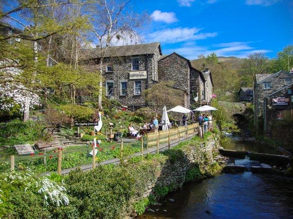אמבלסייד. בתי אבן עתיקים ומפלים שנופלים למרכז העיירה | צילום: Photokanto / Shutterstock.com
