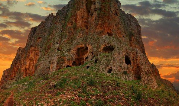 מבצר המערות במצוק הארבל בשעת שקיעה