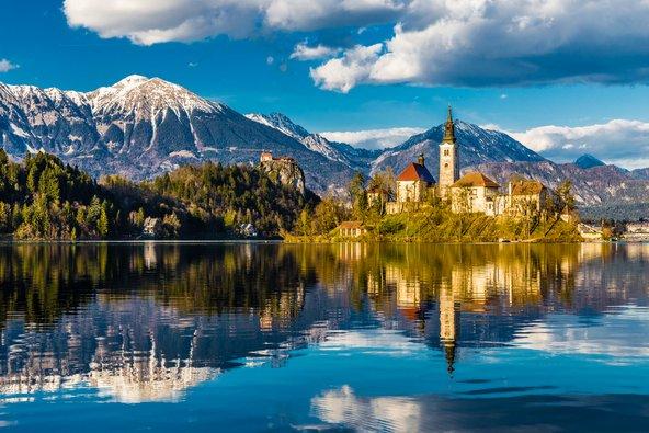 בלד. אגם תכול, הרים מרשימים, טירה ובתים עתיקים שמשתקפים במים. היש יפה מזה?
