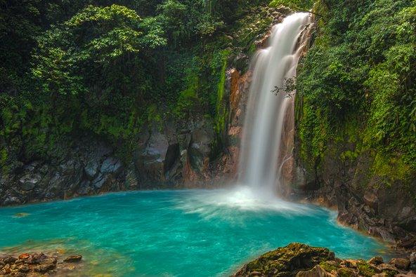 הצמחייה הטרופית והמפלים הם חלק בלתי נפרד מהנופים של קוסטה ריקה