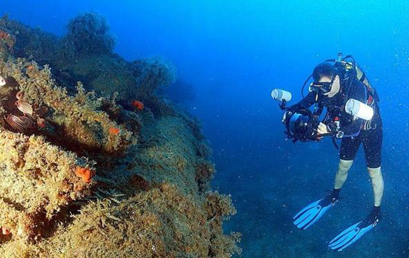 """רמי קליין, מחבר הספר """"על פני מים רבים"""", בפעולה   צילום: אמיר גור"""