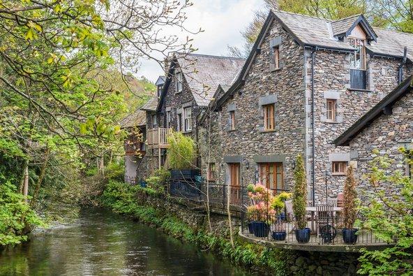בתי אבן על קו המים בכפר גרסמיר | צילום: ElenaChaykinaPhotography / Shutterstock.com
