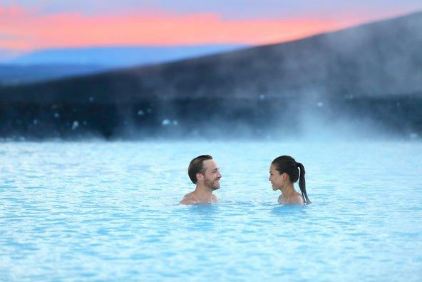 טבילה זוגית בבריכות המבעבעות של איסלנד | צילום: Maridav / Shutterstock.com