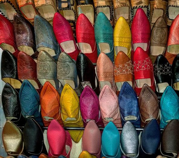 אינספור צבעים בדוכן בשוק של מרקש