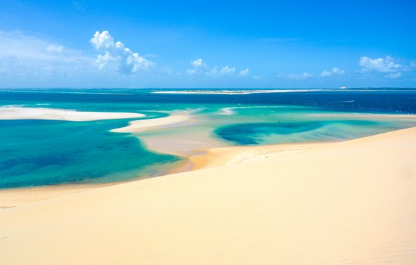 חוף חלומי עם דיונות חול ומים צלולים במוזמביק