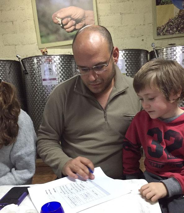 אהוד סוריאנו ובנו ניתאי בפאנל טעימות שמן זית ילדים