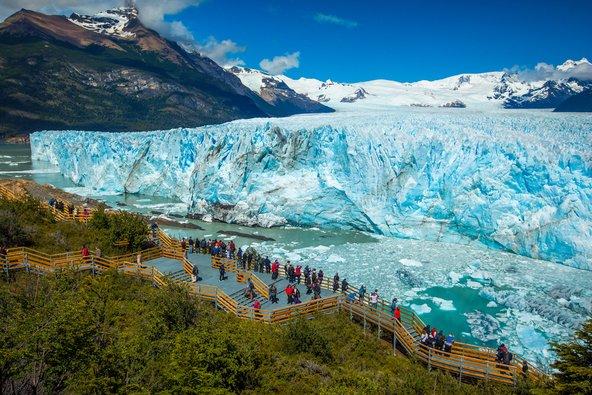 מטיילים נפעמים מול המראה של קרחון פריטו מורנו