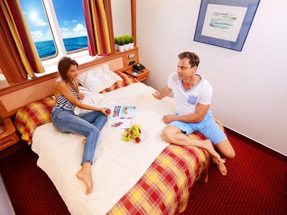 בהפלגה האנייה לוקחת אתכם ממקום למקום ומשמשת גם כמלון על המים | הצילום באדיבות מנו