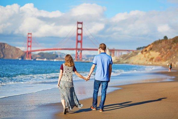 זוג מטייל בסן פרנסיסקו, מול גשר שער הזהב