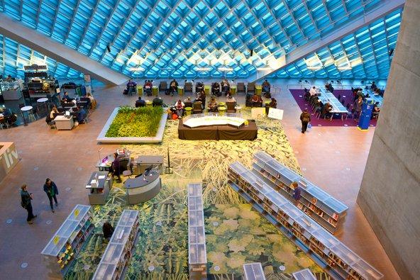 הספרייה הציבורית של סיאטל. מבנה מואר עם שטיחים צבעוניים וספרייה | צילום: Eug Png / Shutterstock.com